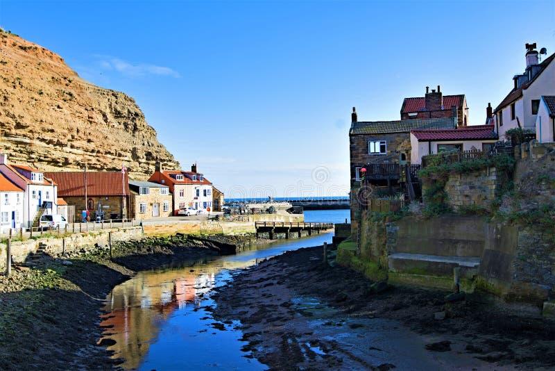 Reflexionen in Staithes-Hafen, nahe Scarborough, in North Yorkshire lizenzfreies stockfoto