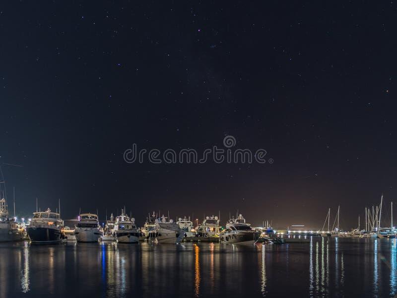 Reflexionen und Lichter im Rosenfreizeithafen nachts stockfotos