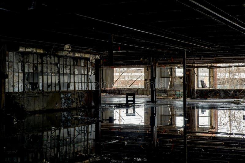 Reflexionen - verlassene Gipfel-Fabrik - Cleveland, Ohio lizenzfreie stockfotografie