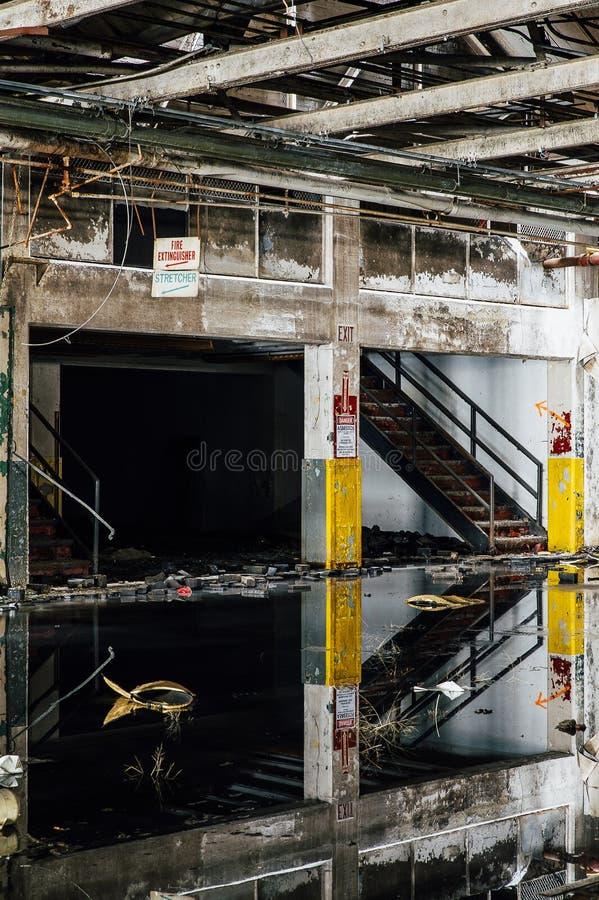 Reflexionen - verlassene Gipfel-Fabrik - Cleveland, Ohio stockbilder