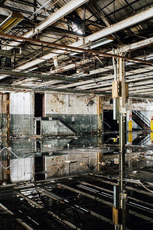 Reflexionen - verlassene Gipfel-Fabrik - Cleveland, Ohio lizenzfreie stockfotos