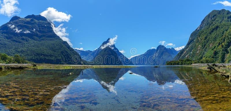Reflexionen von Bergen im Wasser, Milford Sound, Neuseeland 25 lizenzfreies stockfoto