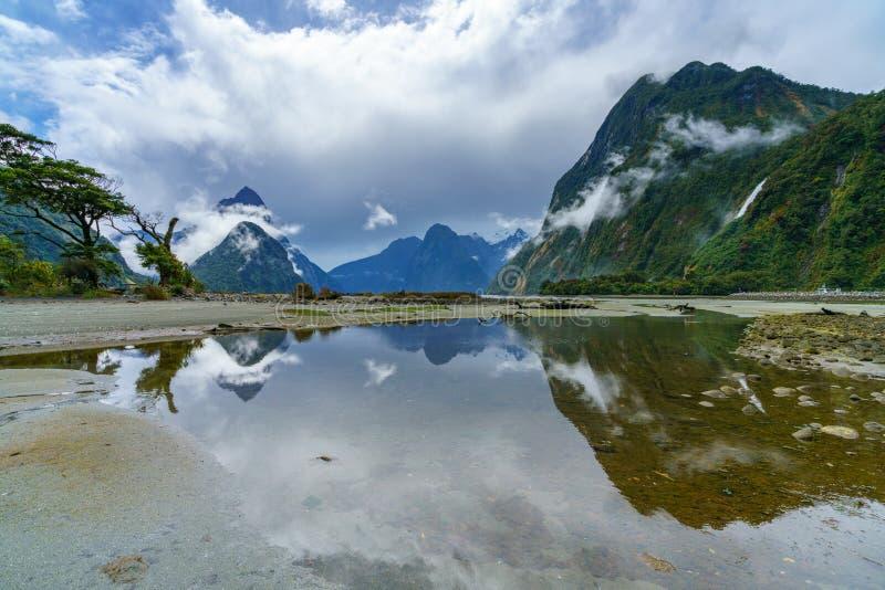 Reflexionen von Bergen im Wasser, Milford Sound, Neuseeland 4 lizenzfreie stockfotografie