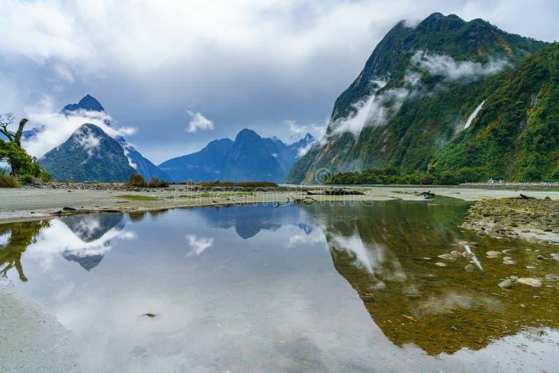 Reflexionen von Bergen im Wasser, Milford Sound, Neuseeland 5 lizenzfreie stockbilder