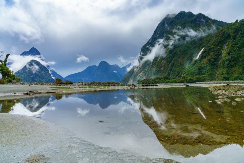 Reflexionen von Bergen im Wasser, Milford Sound, Neuseeland 7 stockbild
