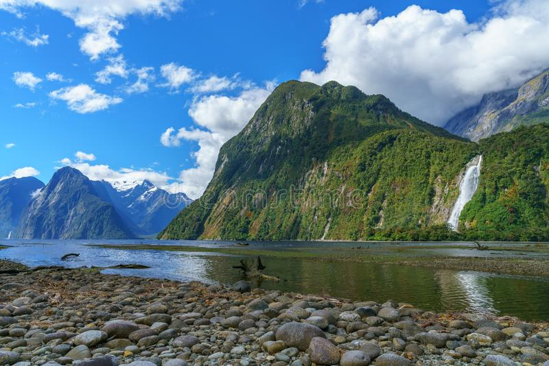 Reflexionen von Bergen und von Wasserfall, Milford Sound, Neuseeland 5 lizenzfreies stockbild