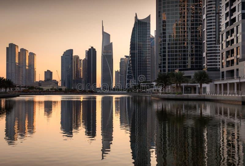 Reflexionen von Jumeirah Seen ragt an der Dämmerung, Dubai, vereinigter Araber hoch stockbilder