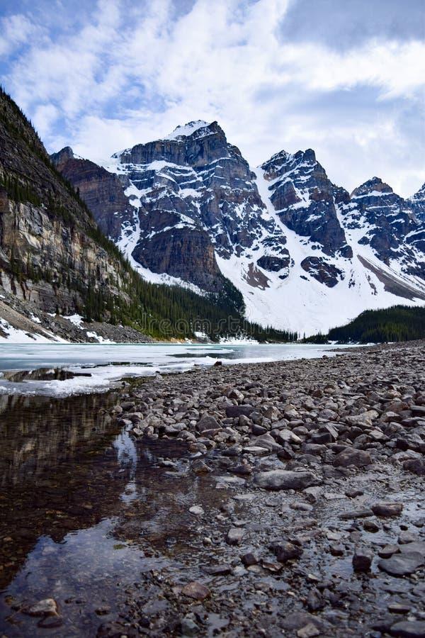 Reflexionen von See-Moraine im Frühjahr stockbild