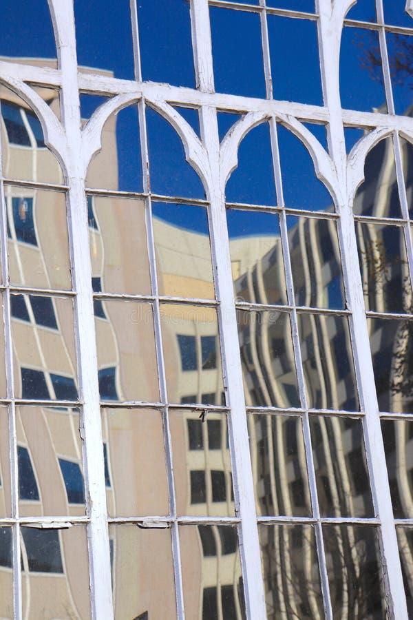 Reflexioner av byggnader i glasvägg royaltyfri fotografi