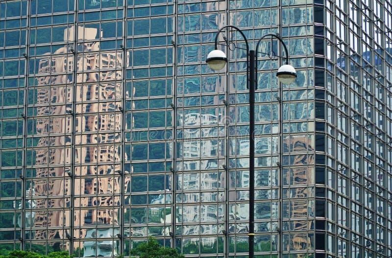 Reflexioner av byggnader på en glass byggnad arkivbild