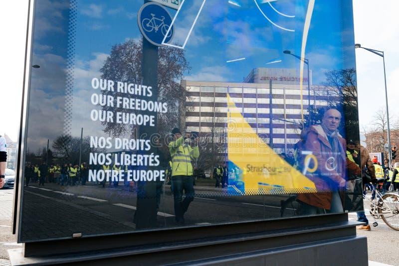 Reflexioner av demonstrantpersoner som protesterar, i annonsering av banret royaltyfri bild