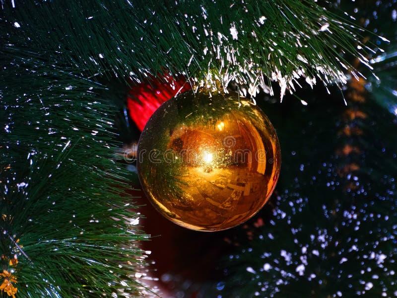 Reflexioner av ljus och reflexionen i en glansig Orb fotografering för bildbyråer