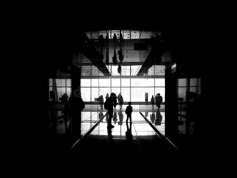 Reflexioner av silhouetted folk arkivfoto