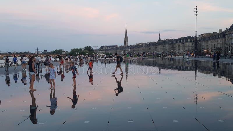 Reflexioner av vattenspegelspringbrunnen i Bordeaux, Frankrike royaltyfria bilder