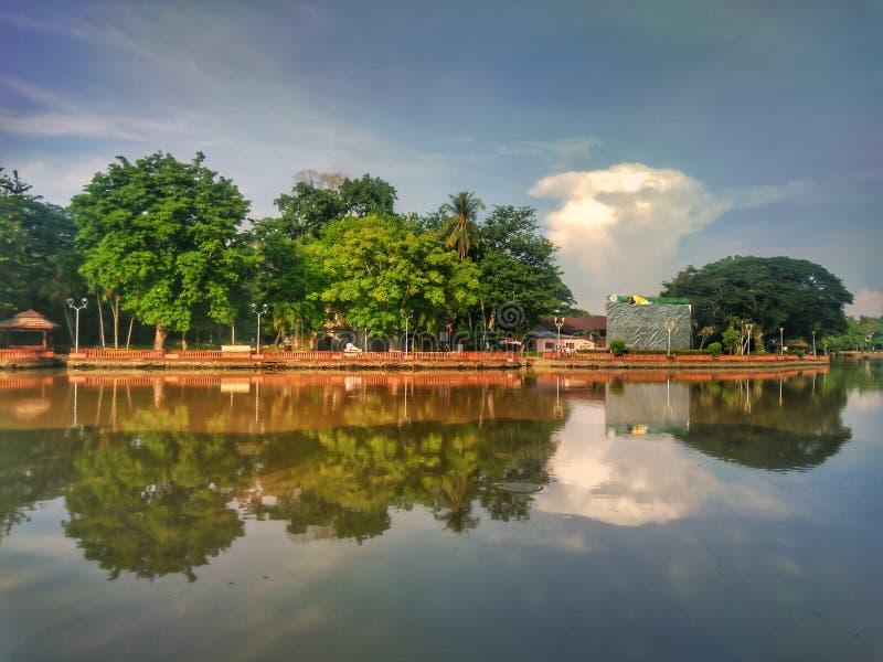 Reflexioner för en morgon i Kampung Seberang Perak, Alor Setar, Kedah royaltyfri bild