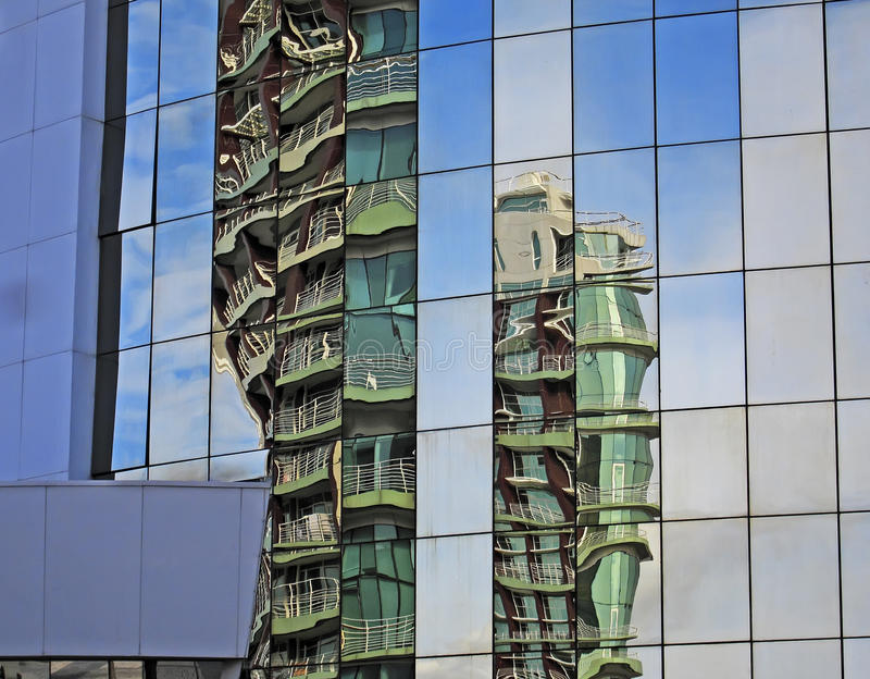 Reflexioner i en modern byggnad royaltyfri bild