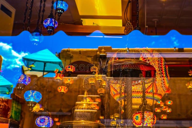 Reflexioner i ett fönster i i stadens centrum Santa Fe som visar en mycket blå himmel och turkiska lyktor och en Adobearkitektur fotografering för bildbyråer
