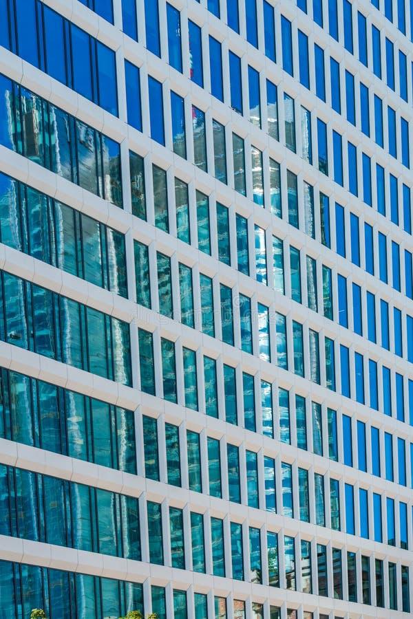 Reflexioner i fönster av en modern byggnad royaltyfria bilder