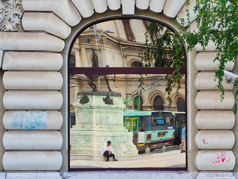Reflexioner i fönster av för Bucharest för äldre stil byggnad stad, Rumänien royaltyfria bilder