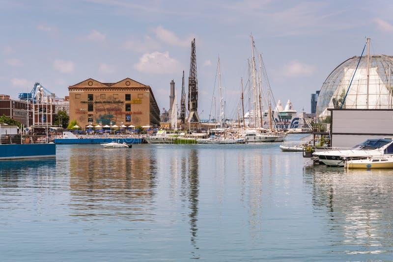 Reflexioner i vattnet av byggnader och hamnkranar av Porto Antico i Genua, Liguria, Italien, Europa royaltyfri bild