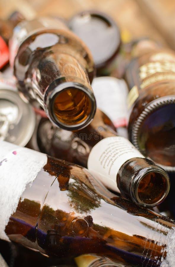 Reflexioner på en hög av tomma ölflaskor royaltyfri fotografi