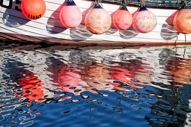 Reflexioner på Lyme Regis September fotografering för bildbyråer