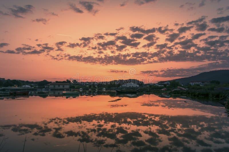 Reflexioner på sjön på solnedgången royaltyfria bilder