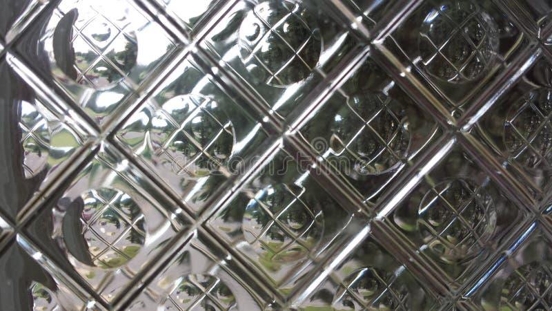 Reflexioner till och med exponeringsglastegelplattan arkivbilder
