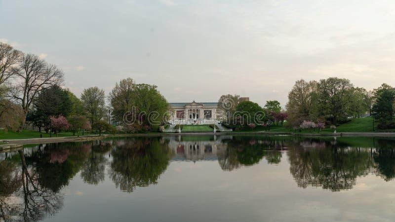 Reflexionerna av Wade Park Lagoon royaltyfri foto