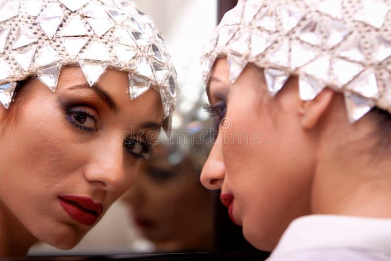 Reflexiones étnicas hermosas de la muchacha en los espejos imagen de archivo