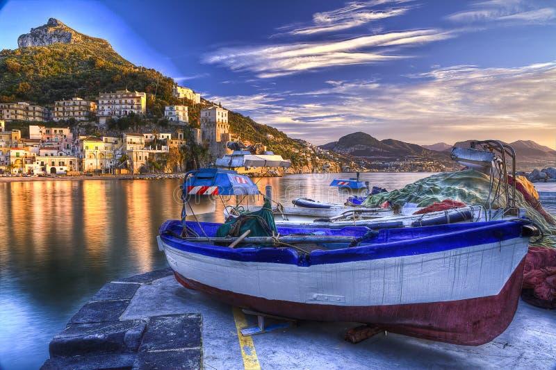 Reflexiones acuosas de la costa de Amalfi del pueblo pesquero de Cetara en el sunr