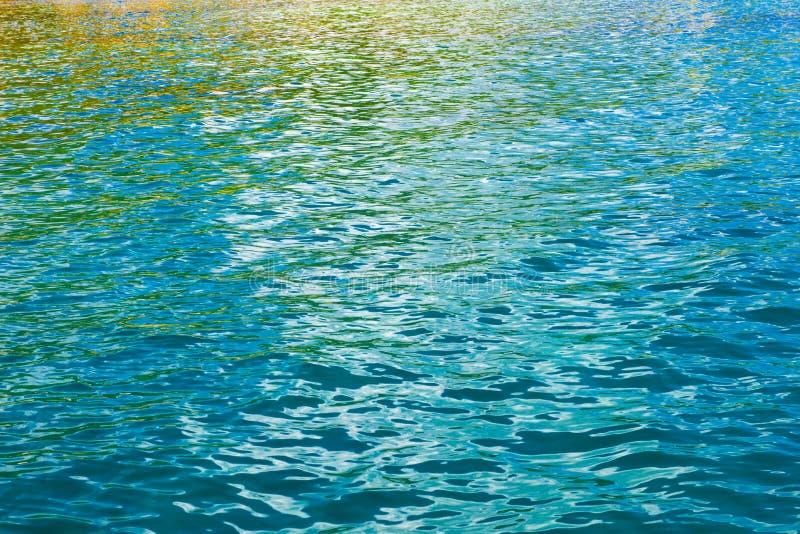 Reflexiones coloreadas del agua fotos de archivo