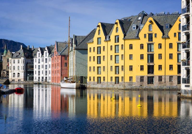 Reflexiones coloridas de los edificios, Alesund, Noruega imagen de archivo