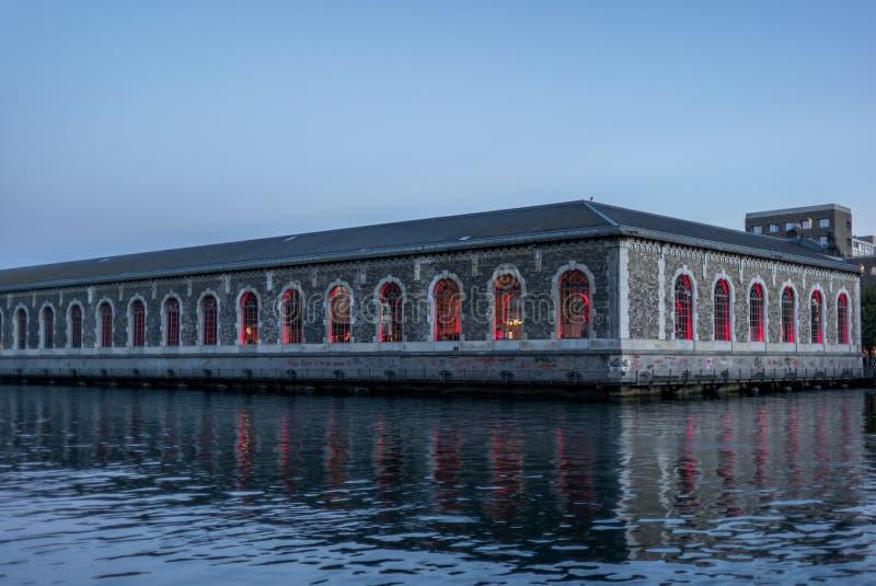 Reflexiones coloridas en el río Rhone en Ginebra - 2 fotos de archivo libres de regalías