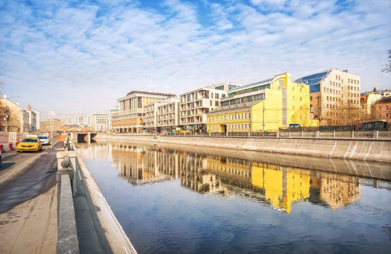 Reflexiones de edificios en el agua foto de archivo libre de regalías