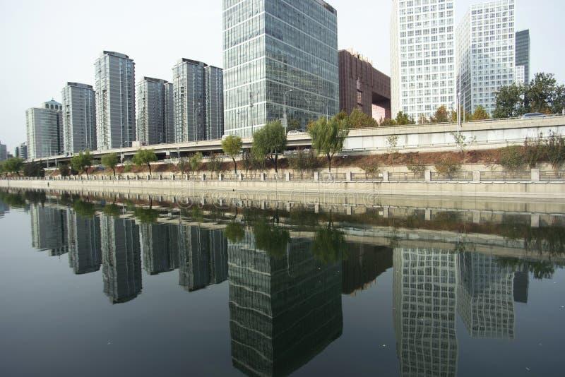 Reflexiones de edificios y de los r?os comerciales fotografía de archivo libre de regalías