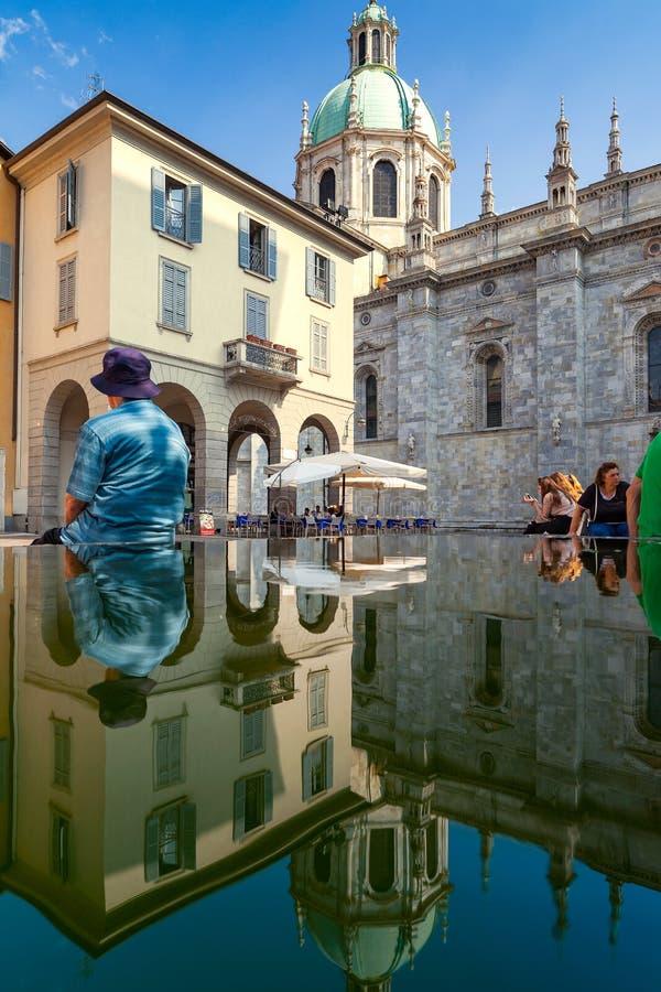 Reflexiones de la catedral de Como imagenes de archivo