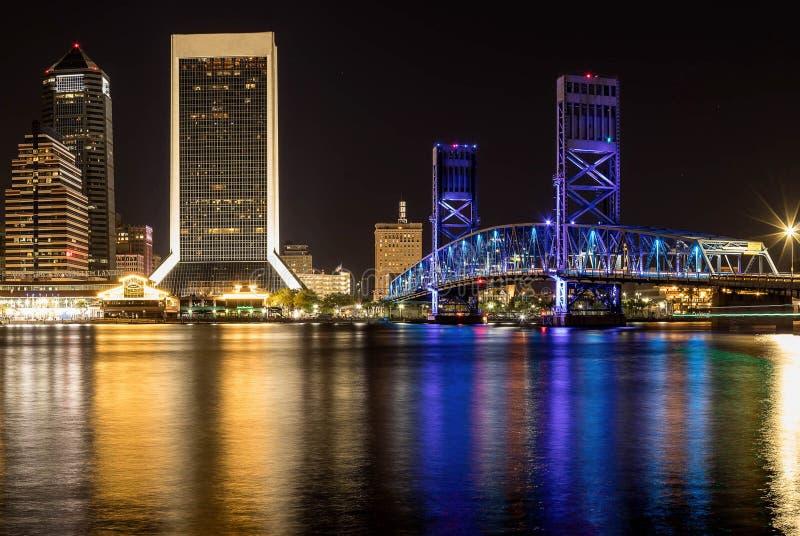 Reflexiones de la ciudad en un río fotos de archivo libres de regalías