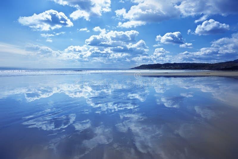 Reflexiones de la nube del mar foto de archivo