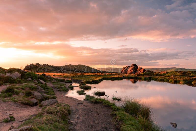 Reflexiones de la piscina de Doxey, y puesta del sol en las cucarachas, en el parque nacional del distrito máximo, Staffordshire foto de archivo