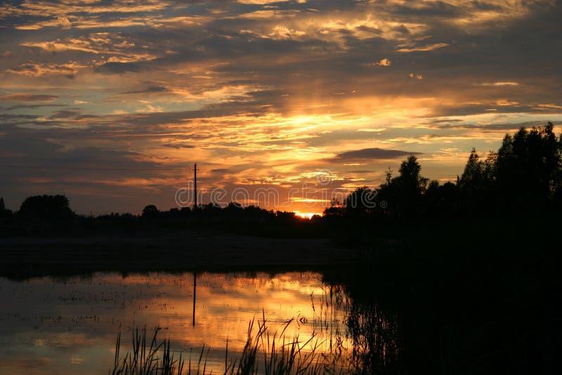 Download Reflexiones De La Puesta Del Sol Foto de archivo - Imagen de romántico, agua: 186070