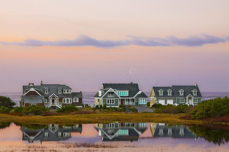 Reflexiones de la puesta del sol de la casa de playa fotos de archivo libres de regalías