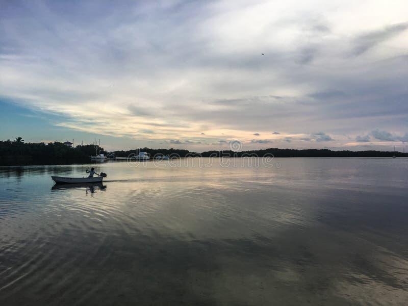reflexiones de la puesta del sol en el océano en las llaves de la Florida imagen de archivo