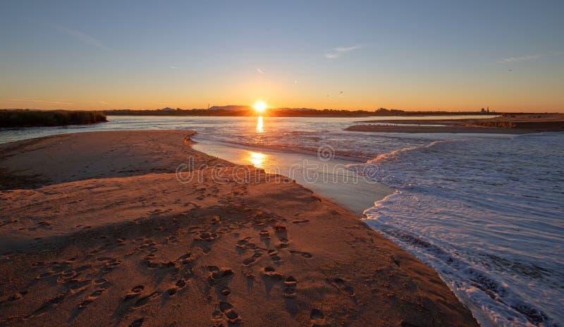Reflexiones de la salida del sol de la mañana sobre la salida de la marea del río Santa Clara en el parque de estado de McGrath e foto de archivo libre de regalías