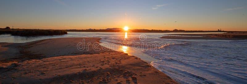 Reflexiones de la salida del sol de la mañana sobre la salida de la marea del río Santa Clara en el parque de estado de McGrath e fotos de archivo libres de regalías