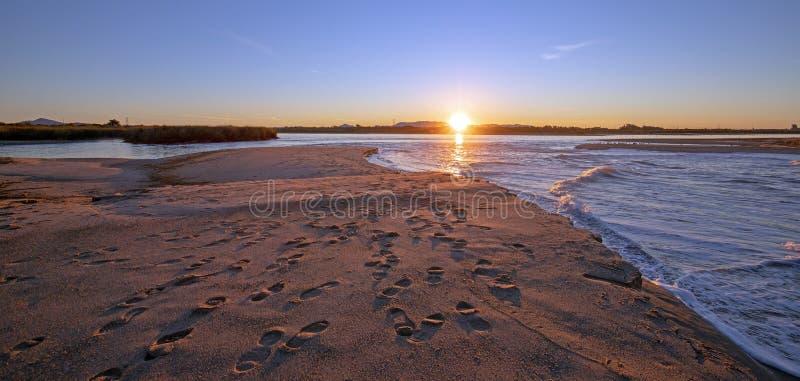 Reflexiones de la salida del sol de la mañana sobre la salida de la marea del río Santa Clara en el parque de estado de McGrath e fotografía de archivo