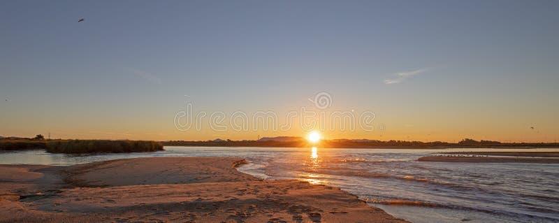 Reflexiones de la salida del sol de la mañana sobre la salida de la marea del río Santa Clara en el parque de estado de McGrath e fotografía de archivo libre de regalías