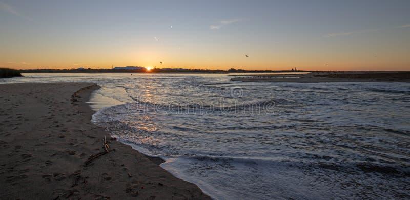 Reflexiones de la salida del sol sobre la salida de marea del estuario del río Santa Clara en el parque de estado de McGrath de V imagen de archivo libre de regalías