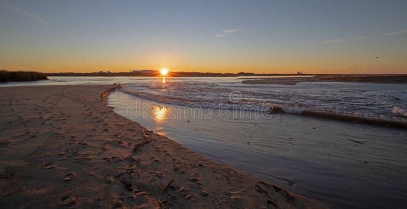 Reflexiones de la salida del sol sobre la salida de marea del estuario del río Santa Clara en el parque de estado de McGrath de V imágenes de archivo libres de regalías