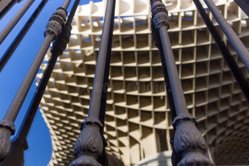 Reflexiones de las setas en una ventana detrás de barras foto de archivo